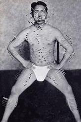 знаменитый «подвиг» с иглами, втыкаемыми в самые разные части тела