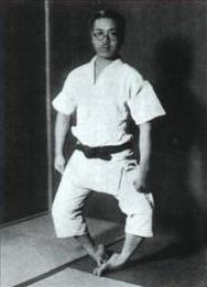Фудзита Сэйко демонстрирует «походку калеки»