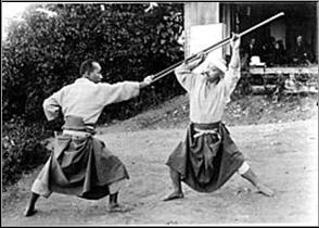 Демонстрация бодзюцу Такамацу (слева) и Ивами (справа) на церемонии открытия организации сёбукёку весной 1919 года на съезде на горе Унэби в Нара